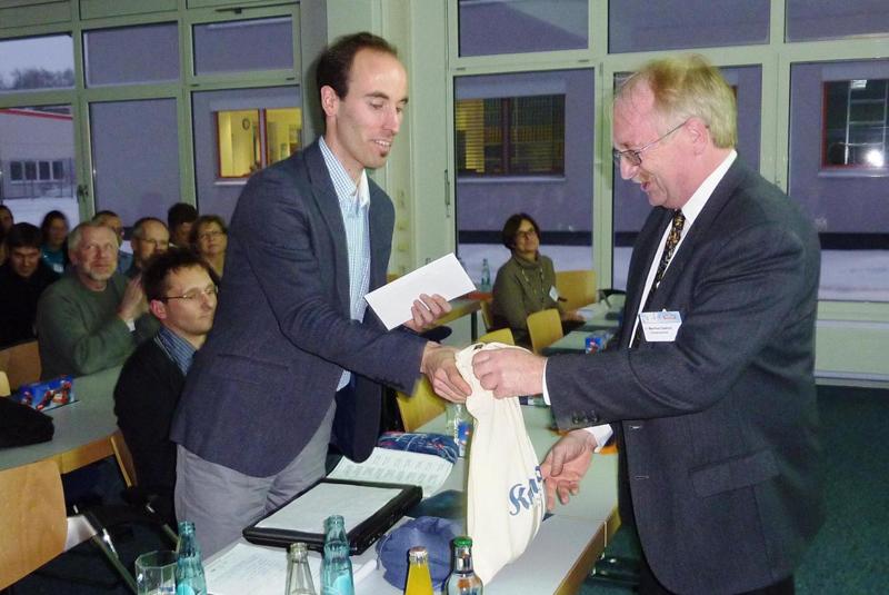 Stellvertretender Vorstand Manfred Dietrich bedankt sich beim Referenten Christoph Schwarz