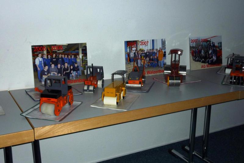 Diese Straßenwalzenmodelle wurden bisher von den Schülern in Zusammenarbeit mit Mitarbeitern der Fa. Hamm gefertigt